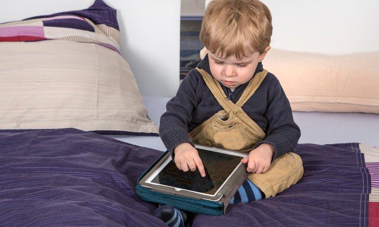 Otrok s tablico